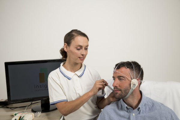 Therapeutin legt EEG-Headset an